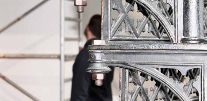 Umbau vom Lugger im Hintergrund mit Kimbo und einem Braugerüst, Vordergrund die eiserne Treppe zum Restaurant vom Lugger im Schlachthof