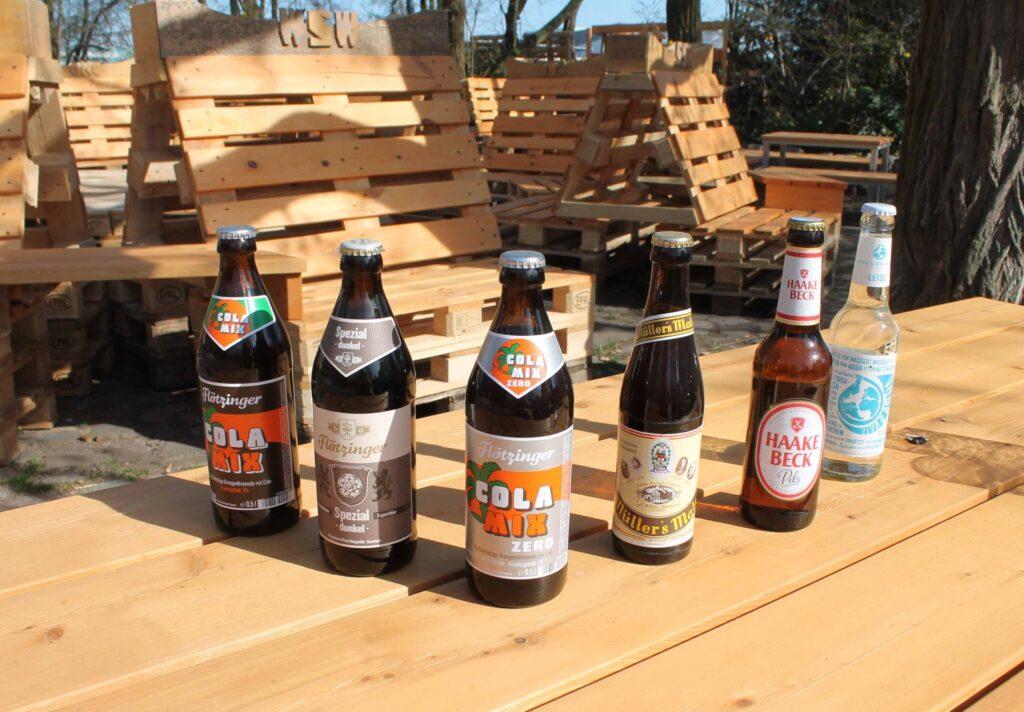 Bierflaschen auf dem Tisch aus Paletten-Holz im Bierhaven