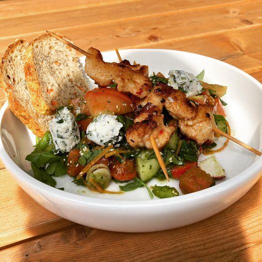 Leckereien am Spieß mit Salat vom Restaurant Lugger