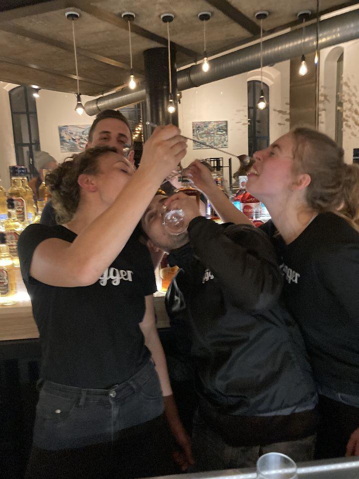 Personal vom Lugger hinter der Bar im Lugger